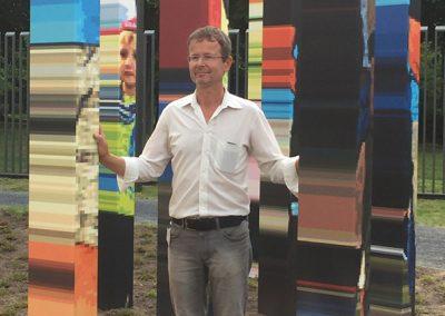 Roland Fuhrmann inmitten seines Kunstwerks
